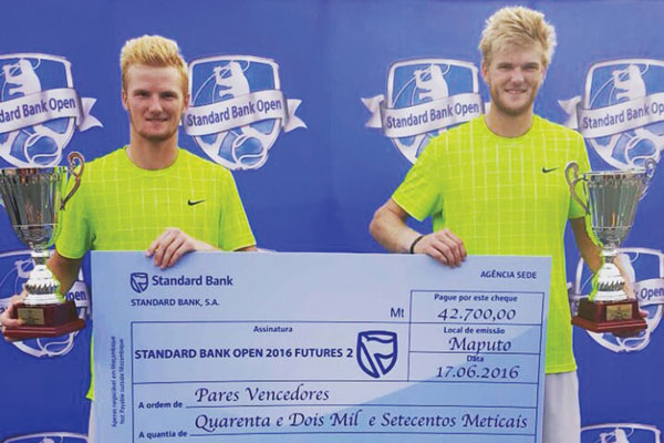 Courtney-Lock-and-Benjamin-Lock-pose-with-the-winners-cheque-and-trophy-after-their-victory-in-Maputo